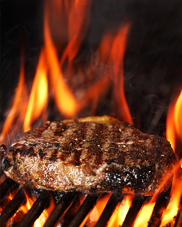 Flame grilled sirloin steak  ©iStockphoto.com/foodandwinephotography